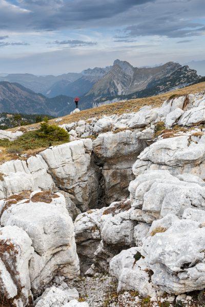 Chartreuse, Alpes, Ombrelle rouge, lapiaz du plateau de la Dent de Crolles, Lances de Malissard et col de Bellefont