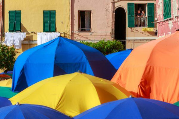 Cinque Terre, Italie, Ligurie, Vernazza, les parasols