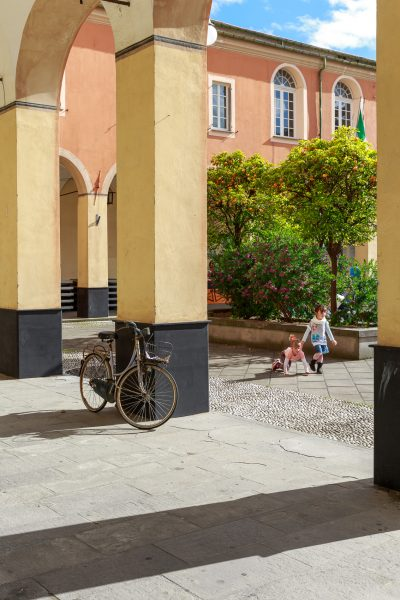 Cinque Terre, Italie, Ligurie, Levanto, enfants sur la place