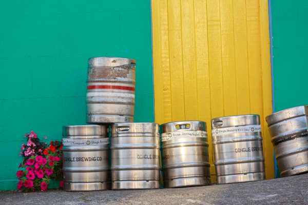 Irlande, Kerry, fût de bière près du pub, Cloghan , Brandon Bay