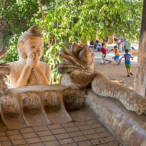 Myanmar, Birmanie, Indein, jeux d'enfants devant le monastère