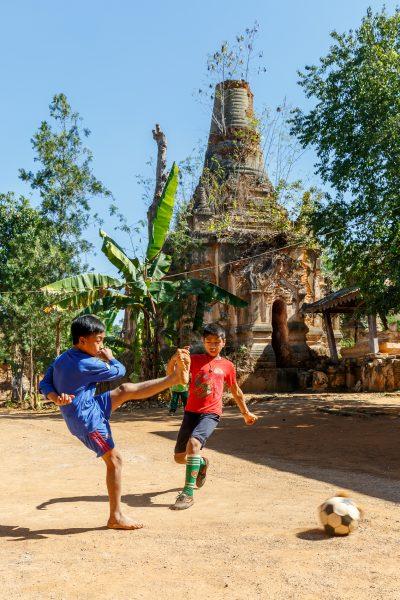 Myanmar, Birmanie, Indein, jeux d'enfants devant le monastère (2)