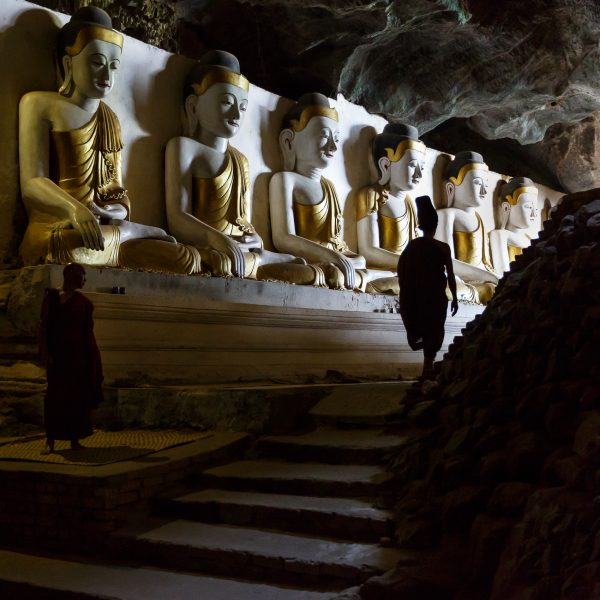 Myanmar, Birmanie, Hpa-an, monks at Yathe Byan cave