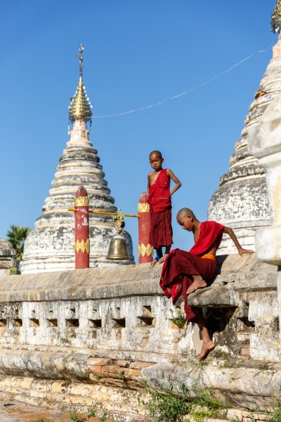 Myanmar, Birmanie, Old Bagan, jeunes novices devant le temple