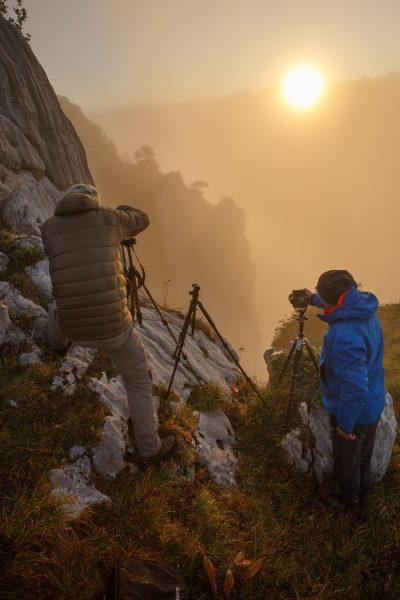 En action au lever du soleil au stage photo bivouac sur la réserve naturelle des hauts de Chartreuse