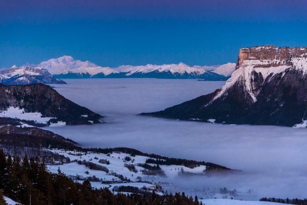 Heure bleue sur le Mont Blanc et le Granier, mer de nuages pendant un Stage photo en Chartreuse, Isère, Savoie