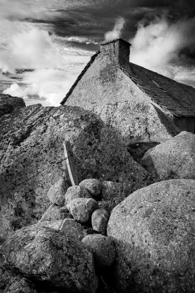 Paysage d'Aubrac en noir et blanc, buron et rochers