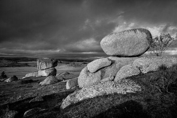 Paysage d'Aubrac en noir et blanc, blocs de granite