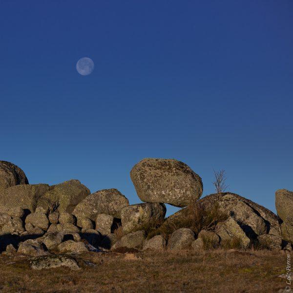bloc de granit et pleine lune en Aubrac