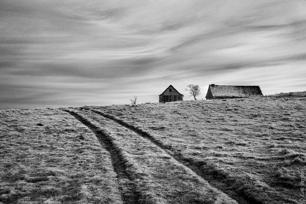 Buron en noir et blanc, sur les hauteurs de l'Aubrac