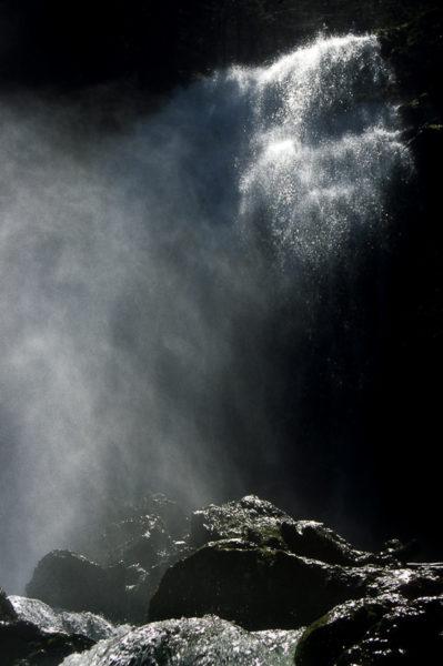 photo en contre-jour sur une cascade en Chartreuse